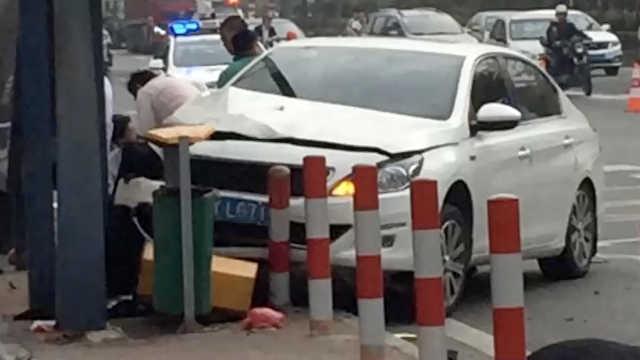 小车失控冲入公交站致2死,伤者送医