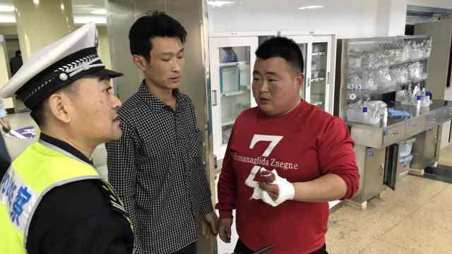 他喂猪被咬断手指,警车开道送医