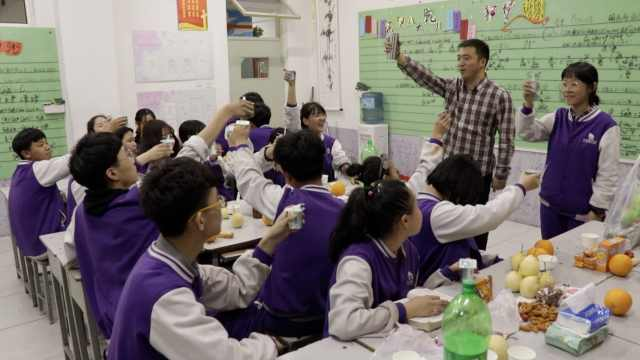 班主任每周给学生买零食:吃出团结