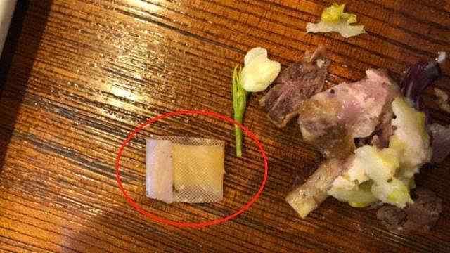 沙拉吃出带血创可贴,食客怒泼店长