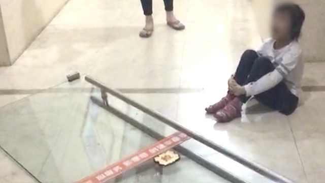百斤玻璃门倒塌,6岁女童头被砸骨折
