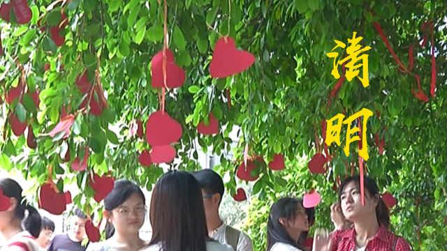 江西大学生写心愿卡,缅怀英雄先烈