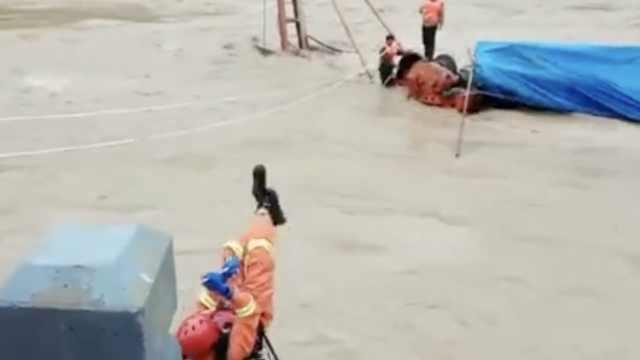 河水暴涨2工人困河中,消防飞渡救起