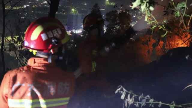 肇庆突发山林火灾,消防紧急扑救