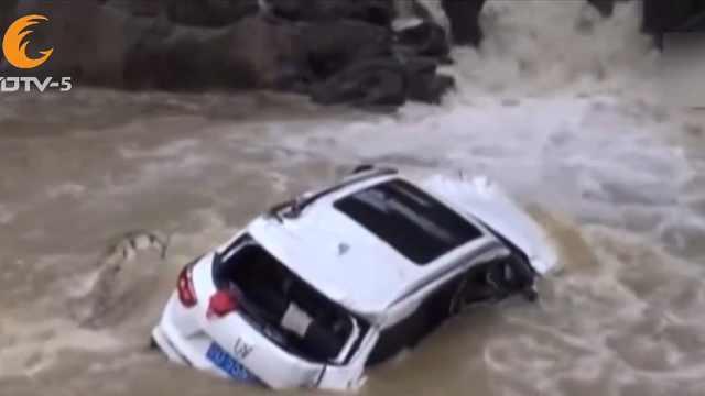 女司機操作失誤,連人帶車墜河中