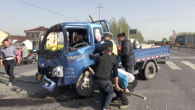 两车路口相撞,警民联手救助被困者