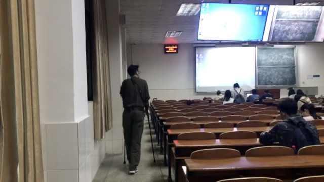 老师拄拐上课5年,每次早到30分钟