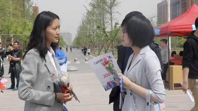受宠若惊!校招企业给求职学生送花