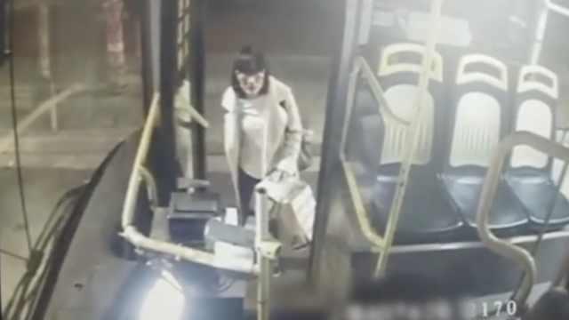 公交司机一声吼,吓得小偷交出赃物