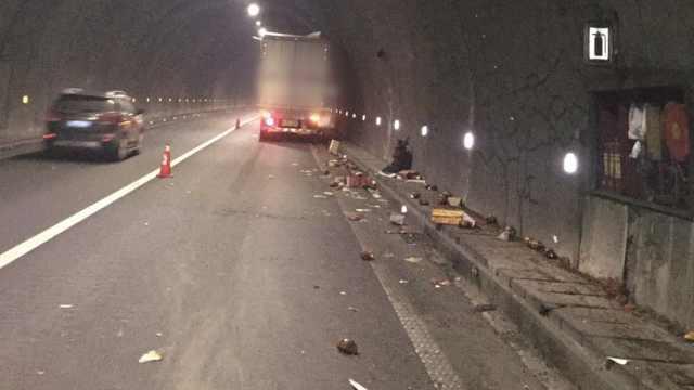 司机打瞌睡,货车撞隧道散落1车豆瓣