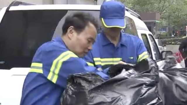 60桶垃圾中,环卫工寻回10万元钻戒