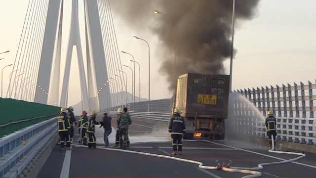 货车司机心急灭火,抢消防员水枪