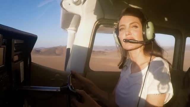 安吉丽娜朱莉在女王纪录片里开飞机