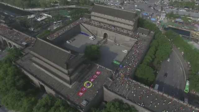 场面太嗨!万人西安城墙上跑马拉松