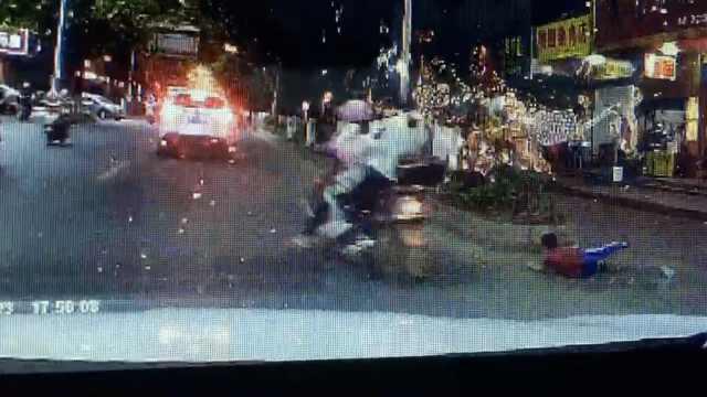 熊娃俯身飞奔过马路,被摩托车撞倒
