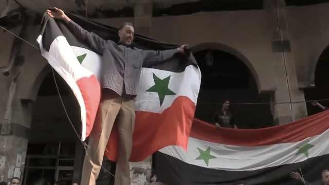 叙政府军解放杜马,民众废墟中庆祝