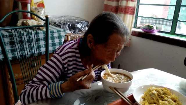 百岁老太五世同堂,爱喝牛奶吃鸡蛋