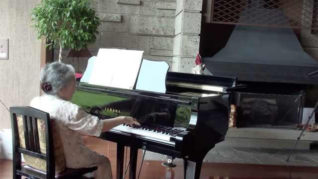 85岁老奶奶弹钢琴:技惊四座!