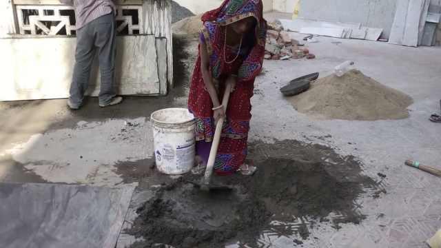 印度日常:妻子穿纱丽帮丈夫活水泥
