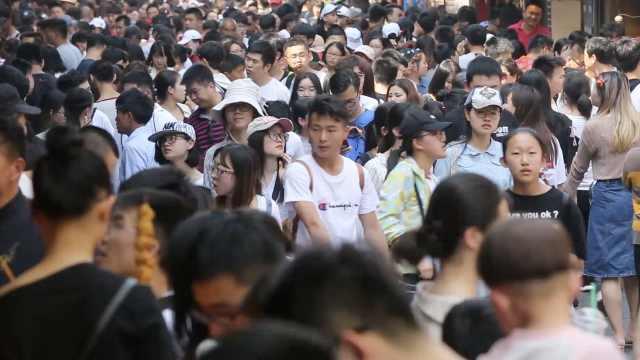 济南景区人挤人,游客苦笑:宁愿在家