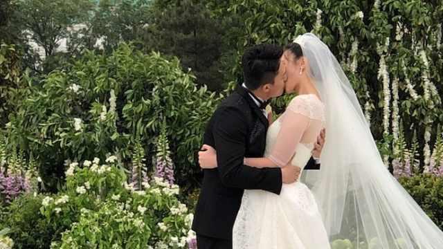 众人见证下,惠若琪与老公甜蜜拥吻