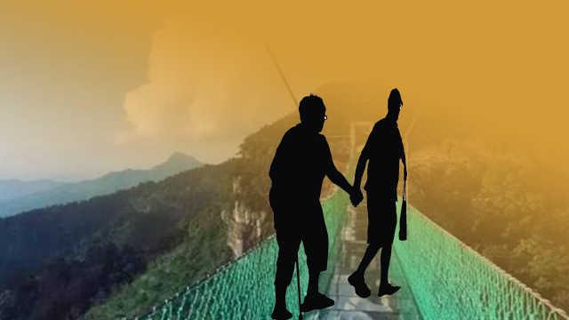 他牵83岁岳母旅游过吊桥:牵着温暖