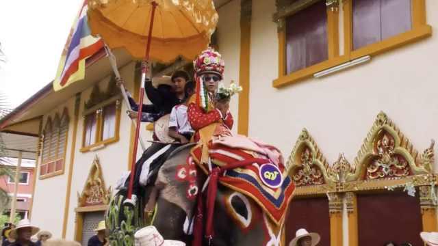 泰国男孩骑大象化浓妆,入庙当僧侣
