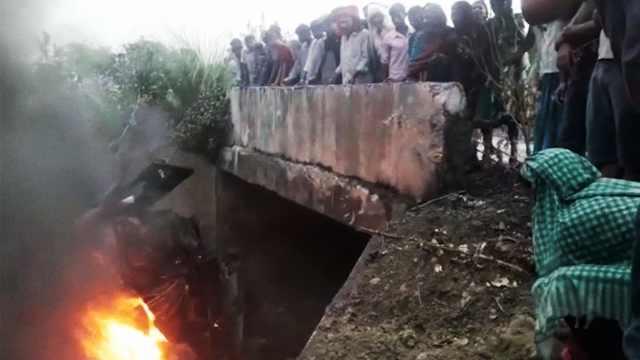 印度大巴雨天侧翻起火,27人死亡