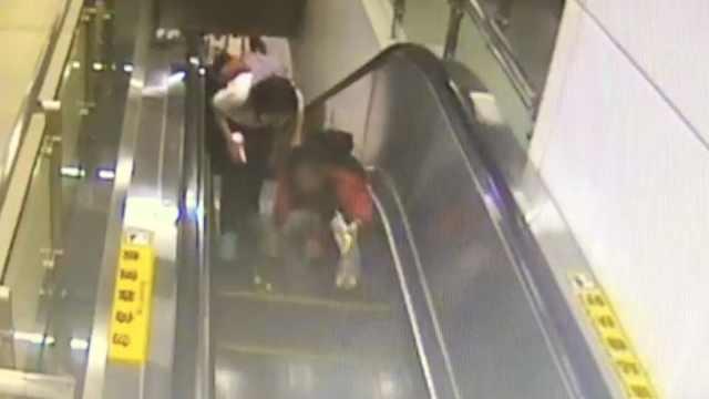 女孩狂奔上扶梯摔伤,站长蹲地擦药