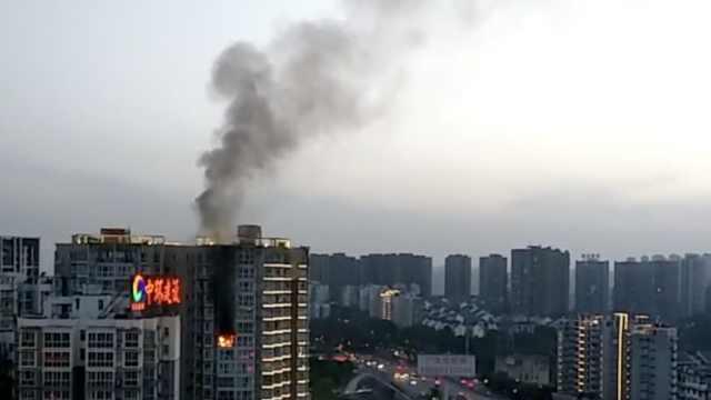 渝北1小区高层起火,消防升云梯扑灭