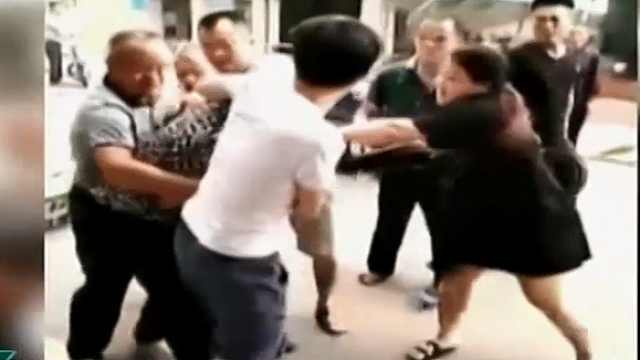 男子当街殴打母亲 激怒众人被制服