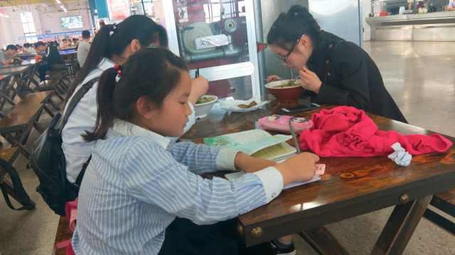 小学生高校食堂写作业,半月见次妈