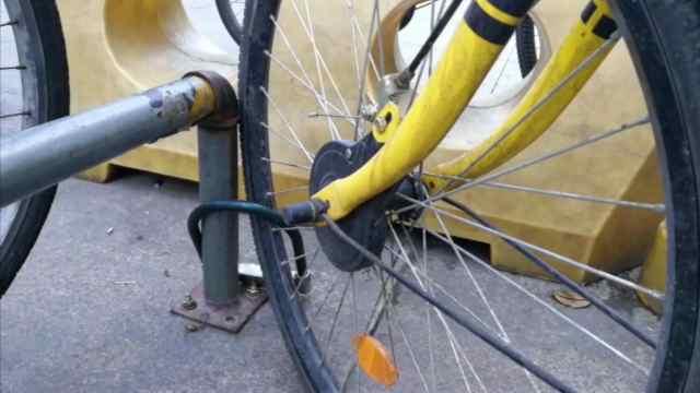 大爷共享单车上私锁,反被堵死锁芯
