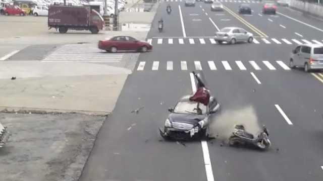 女骑手横穿马路被撞,腾空翻转360°