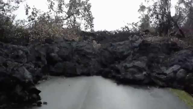 无奈!街道岩浆冷却,道路无法通行