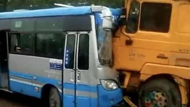 公交撞上货车,女乘客脾脏破裂送医