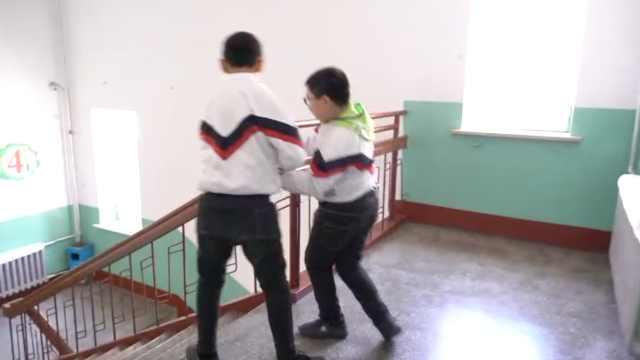 小學生照顧患病同學5年:曾幫他接尿