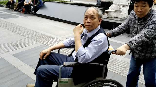 患病婆婆推轮椅?让健康老伴坐轮椅