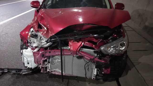 新手司机心慌误打方向,隧道酿车祸