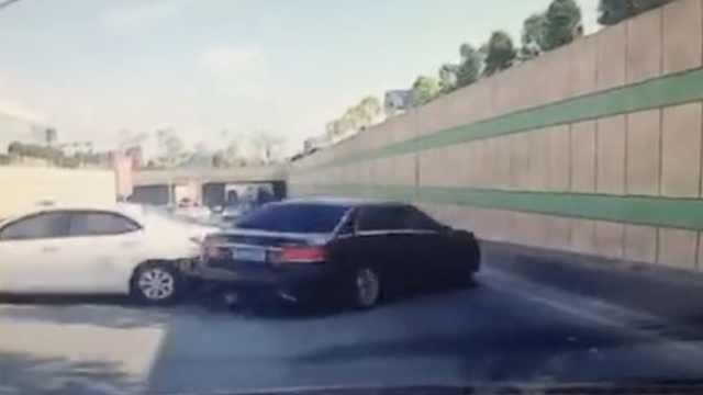 5车相撞,司机慌神踩油门,又追尾3车