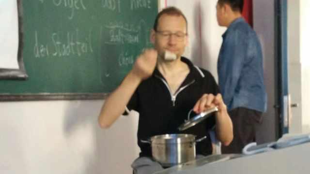 外教赶着上课,早餐连锅端到教室吃