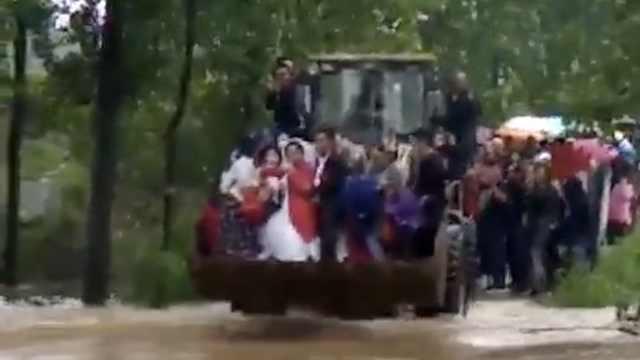 最霸气婚车!结婚遇大雨,他铲车接亲