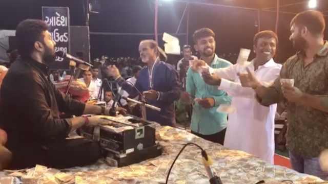 印度歌手献唱,听众撒钱打赏共百万