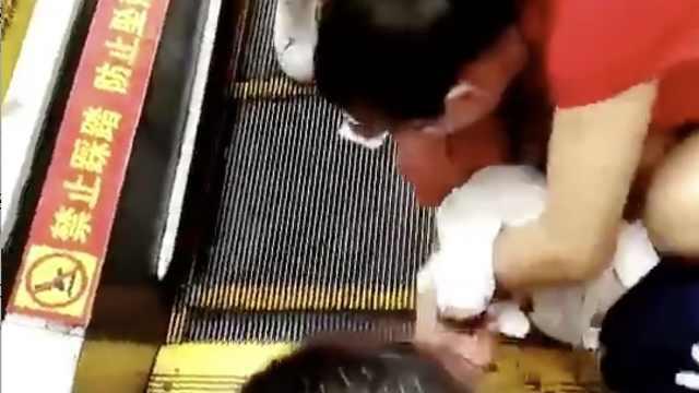 又一起!幼童手卡扶梯缝隙受伤痛哭