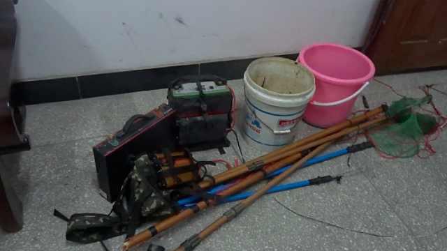 5名男子深夜非法电鱼,被民警抓获