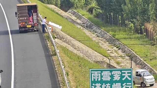 货车停高速卸货,桥下有人接应