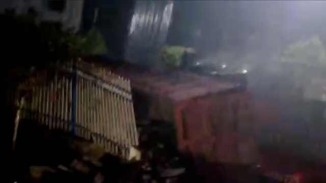 惊魂!货车穿铁轨,被火车拦腰撞翻