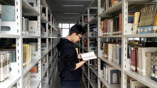 不看书会痒!男生借书量超99%的同学