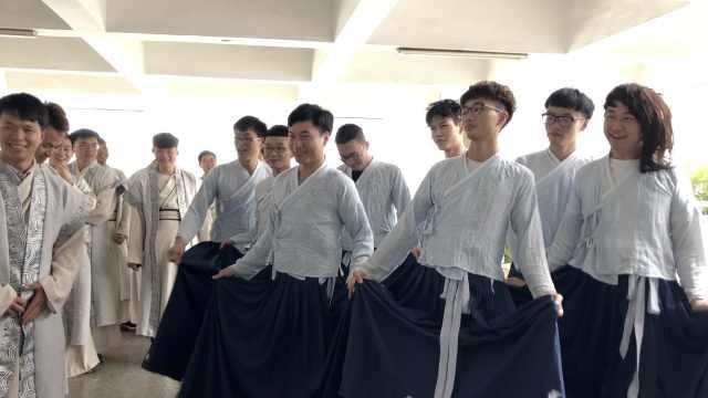 宠溺!全班2女生,8男生穿女装陪拍照