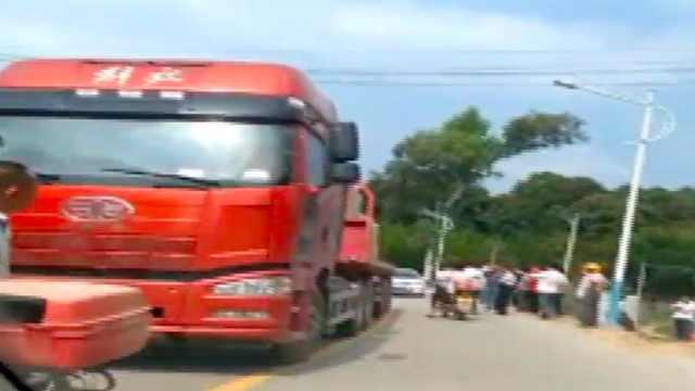 巨石从货车滑落,路人不幸被砸中